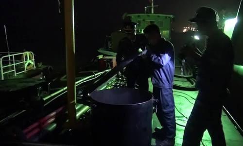 Cảnh sát bắt giữ tàu chở gần 40 nghìn lít dầu không nguồn gốc