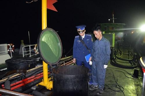Tàu chở 37 nghìn lít dầu bị cảnh sát bắt giữ. Ảnh: Hải Long