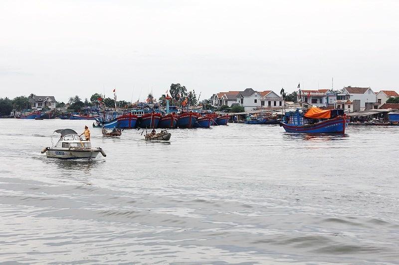 Quảng Ngãi : Nhiều tàu thuyền bị chìm vì sóng lớn - ảnh 1