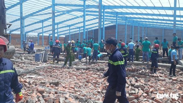 Sập bức tường rộng 400m2, ít nhất 5 người chết - Ảnh 1.