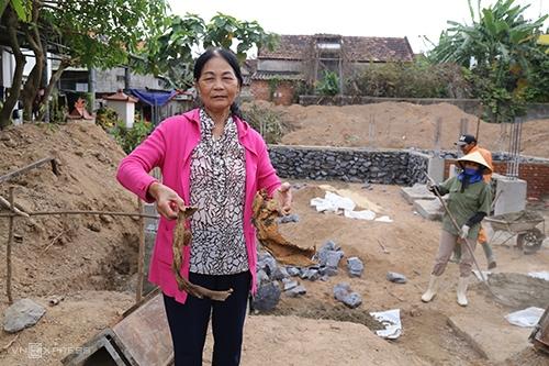 Bà Mai cảm thấy an toàn cho gọi đội thợ xây tiếp tục công việc sau khi quả bom tạ được tháo gỡ. Ảnh:Hoàng Táo