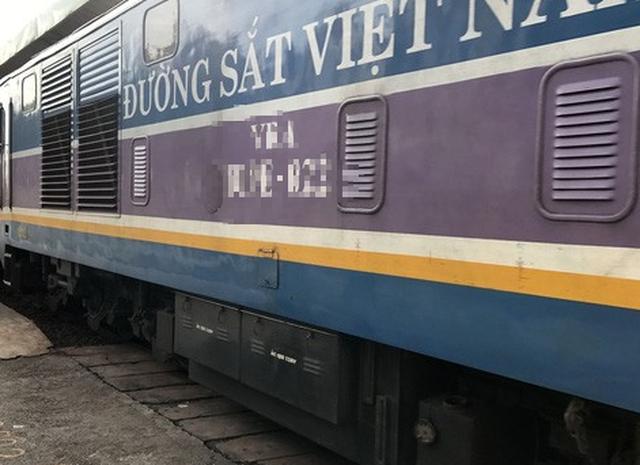 Chạy xe máy băng ngang đường sắt, hai cụ già bị tàu hỏa đâm - Ảnh 1.