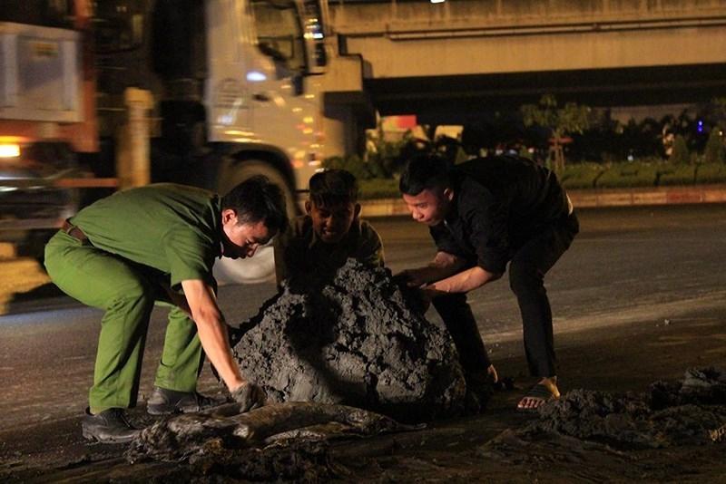 Tạm giữ xe ben sau vụ làm bùn đất rơi vãi trên đường - ảnh 1