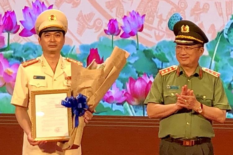 Đại tá Trịnh Ngọc Quyên nhận quyết định bổ nhiệm. Ảnh: Nguyệt Triều.
