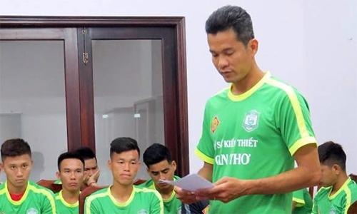 Trong bản tường trình đọc trước toàn thể đội bóng, Nguyễn Văn Quân khẳng định anh không dính tới tiêu cực. Ảnh: Hoàng Quyên.