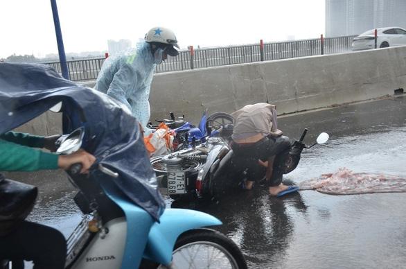 Nhiều xe bị ngã trong cơn mưa vàng bất ngờ ở TP.HCM - Ảnh 1.