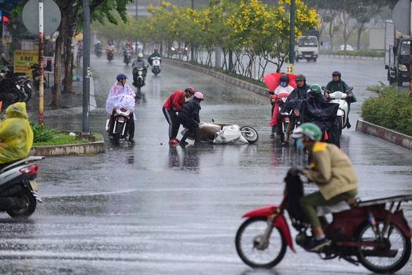 Nhiều xe bị ngã trong cơn mưa vàng bất ngờ ở TP.HCM - Ảnh 2.