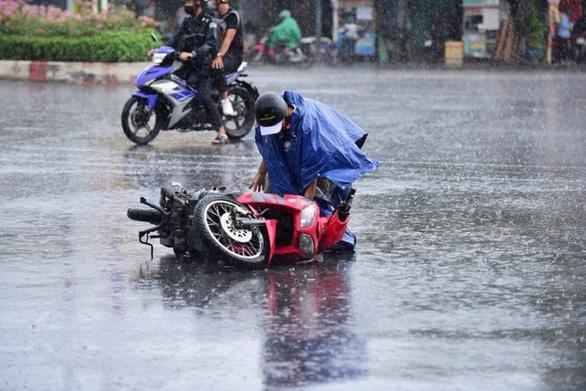 Nhiều xe bị ngã trong cơn mưa vàng bất ngờ ở TP.HCM - Ảnh 3.