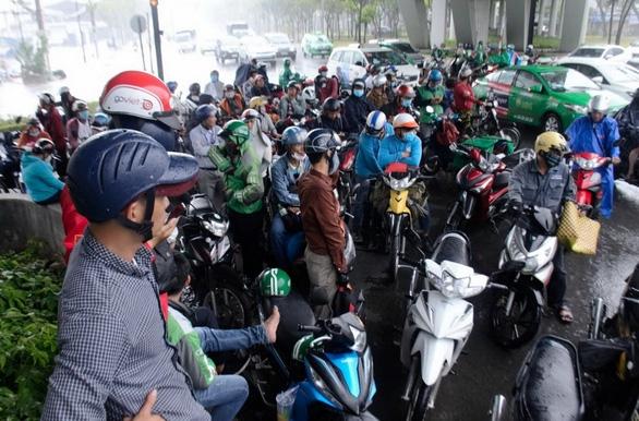 Nhiều xe bị ngã trong cơn mưa vàng bất ngờ ở TP.HCM - Ảnh 6.