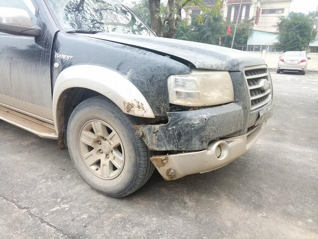 Trong quá trình truy đuổi, chiếc xe của lực lượng kiểm lâm bị xe chở gỗ lậu đâm hư hỏng phần đầu