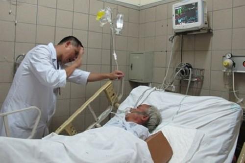 Một trường hợp ngộ độc rượu methanol điều trị tại Trung tâm chống độc (BV Bạch Mai). Ảnh: H.Hải