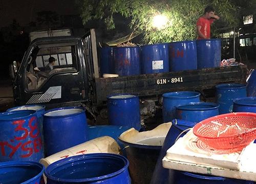 Số ngó sen sau khi sơ chế với hàn the, chất tẩy trắng được đưa ra chợ tiêu thụ. Ảnh: Công an.