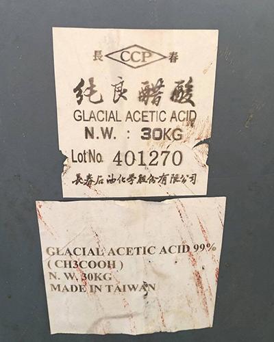 Một thùng Acid Axetic tại cơ sở. Ảnh: Công an.