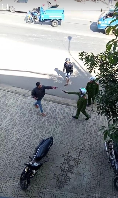 Lực lượng công an dùng súng để trán áp nhưng đối tượng rất hung hăng