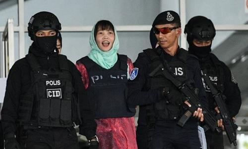 Đoàn Thị Hương vui mừng khi biết mình sắp được thả trong phiên tòa hôm 1/4. Ảnh: AFP.