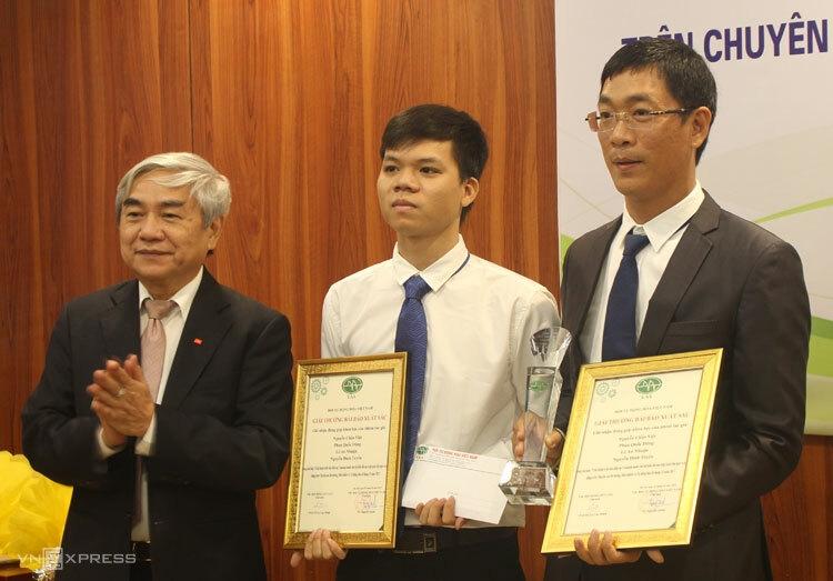Chủ tịch Hội Tự động hóa Việt Nam TS Nguyễn Quân (trái) trao giải cho đại diện nhóm tác giả. Ảnh: Phan Minh.