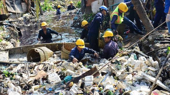 Để dân xả rác trên đất nhà nước, phường, xã phải dọn - Ảnh 1.