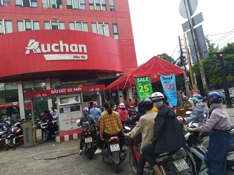 Cận cảnh Auchan 'vỡ trận' do dân đổ xô mua hàng giảm giá   - ảnh 1