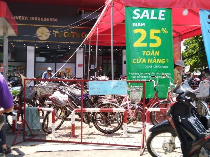 Cận cảnh Auchan 'vỡ trận' do dân đổ xô mua hàng giảm giá   - ảnh 2