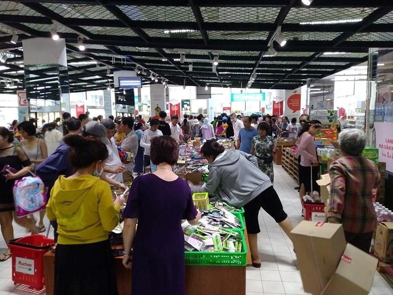 Cận cảnh Auchan 'vỡ trận' do dân đổ xô mua hàng giảm giá   - ảnh 3