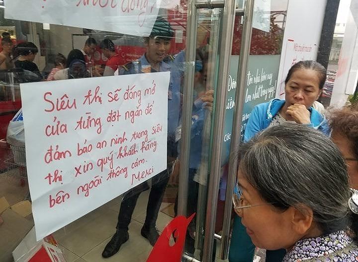 Cận cảnh Auchan 'vỡ trận' do dân đổ xô mua hàng giảm giá   - ảnh 4