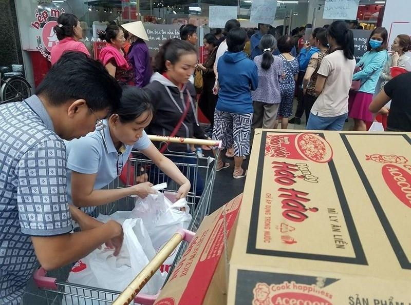 Cận cảnh Auchan 'vỡ trận' do dân đổ xô mua hàng giảm giá   - ảnh 5