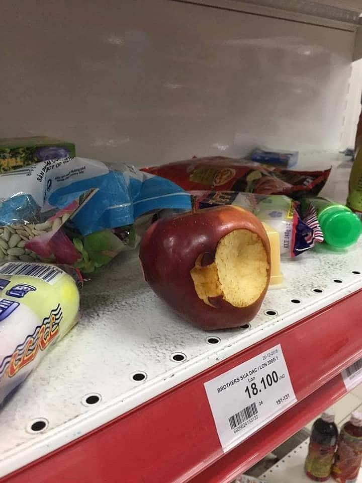 Cận cảnh Auchan 'vỡ trận' do dân đổ xô mua hàng giảm giá   - ảnh 8