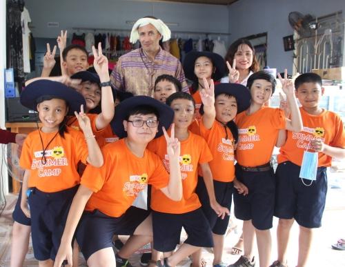 Trẻ tự tin giao tiếp tiếng Anh với giáo viên nước ngoài tại Trại Hè iSchool