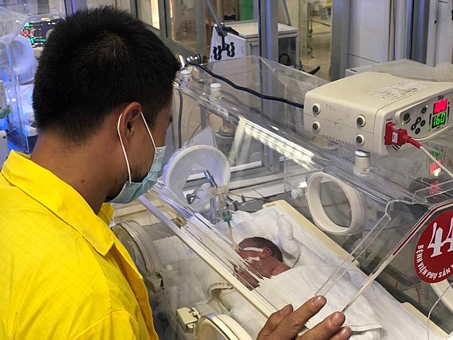 Anh Hùng vào thăm con trai tại Bệnh viện Phụ sản Trung ương sáng 24/5. Ảnh: Lê Nga.