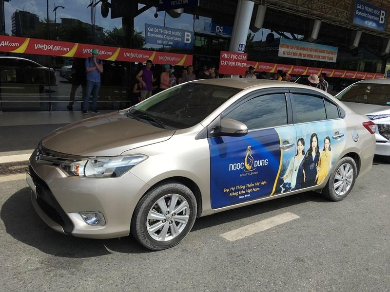 Phạt xe hợp đồng không gắn phù hiệu chở khách vào Tân Sơn Nhất - ảnh 1