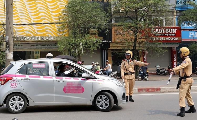 Cảnh sát giao thông Hà Nội dừng và kiểm tra phương tiện. Ảnh: Bá Đô.