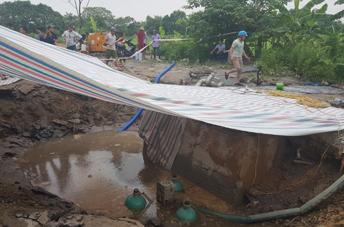 Hiện trường vụ vỡ ống nước sạch sông Đuống.