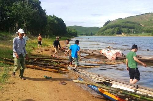 Hàng trăm cọc tre được đưa lên bờ. Ảnh: Đ.N