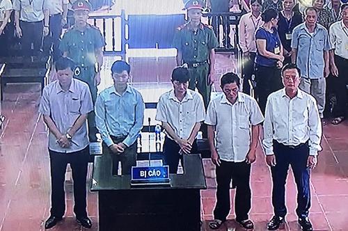 Các bị cáo tại phiên tuyên án phúc thẩm.