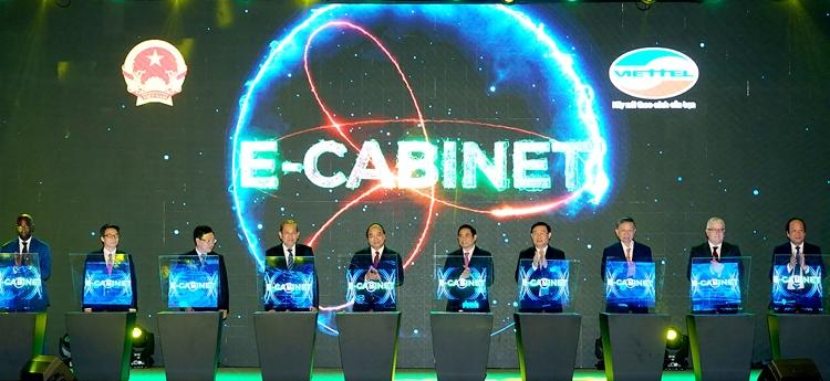 Thủ tướng Nguyễn Xuân Phúc nhấn nút khai trương hệ thống e-Cabinet. Ảnh: VGP.