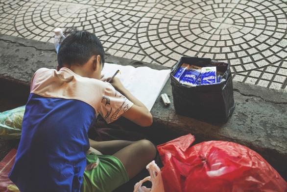 Bức ảnh mẹ cầm tay con viết ở vỉa hè chợ Bến Thành lay động ngàn trái tim - Ảnh 3.