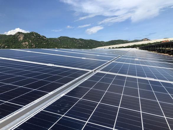 Điện gió, điện mặt trời phải giảm công suất để không quá tải  - Ảnh 2.