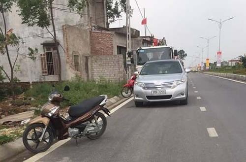Xe của ông Đức đậu trước xe cẩu. Ảnh: Lê Hoàng