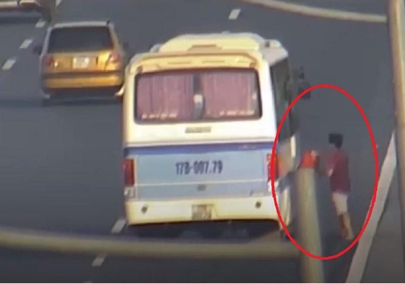 Tài xế dừng xe giữa cao tốc để nhận đồ bị tước bằng lái - ảnh 1