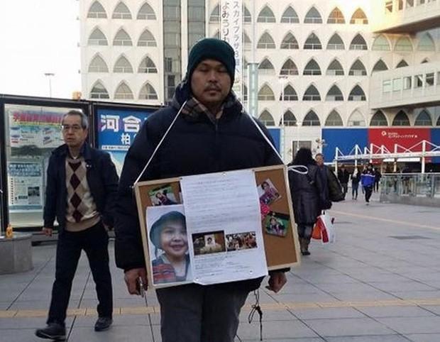 Bố cháu Nhật Linh liên tục đứng ở các ga tàu để kêu gọi xin chữ ký ủng hộ vụ án sớm được đưa ra xét xử.