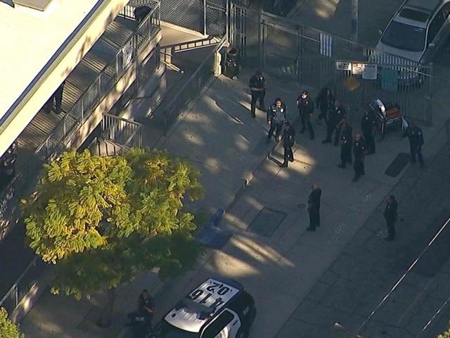 Cảnh sát đứng ngoài khuôn viên lớp học sau khi vụ nổ súng xảy ra. (Ảnh: Vice)