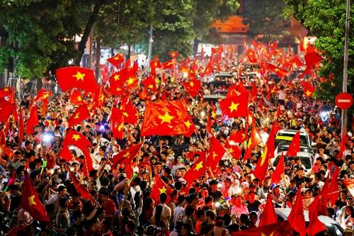 Hàng nghìn người hâm mộ đổ ra đường ăn mừng chiến thắng của tuyển Việt Nam năm 2018. Ảnh: Ngọc Thành.