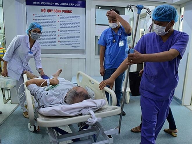 Bác sĩ cấp cứu bệnh nhân tại Bệnh viện Bạch Mai. Ảnh: Giang Huy.