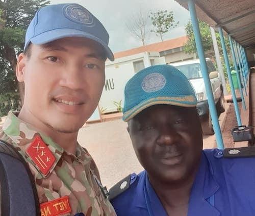 Trung tá Kiên rất vui khi gặp lại người bạn cùng làm nhiệm vụ tại phái bộ năm 2015-2016,Felix Tombiano. Ảnh: NVCC