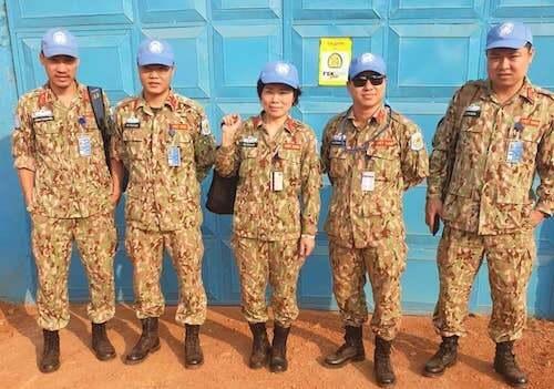 Năm sĩ quan Việt Nam vừa nhận nhiệm vụ gìn giữ hoà bình tại Cộng hoà Trung phi. Ảnh: NVCC