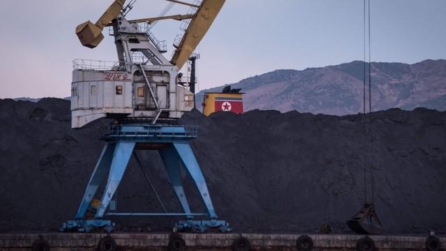 Than Triều Tiên chất đống tại cảng Rajin (Ảnh: AFP)
