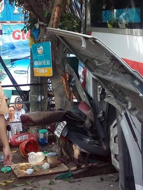 Xe khách xuống dốc lao vào xe máy, ô tô trên đường, 5 người bị thương - Ảnh 2.