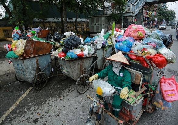 Thu gom rác được bổ sung vào danh mục nghề nặng nhọc, độc hại, nguy hiểm. - Ảnh 1.