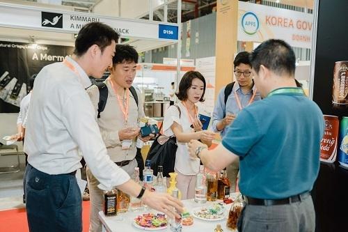 Du khách có thể trải nghiệm hàng trămgian hàng thực phẩm, đồ uống.
