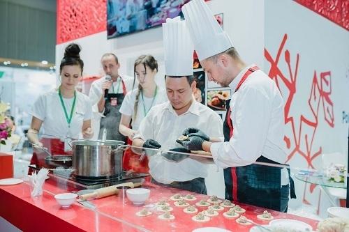 Du khách có thể tham gia các khóa dạy pha chế, nấu ăn ngắn.